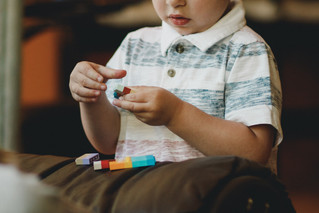 التمثيل العُصابي، هل هو تصرف حسب العمر أم مشكلة حقيقية؟ التعامل مع التصرفات الصعبة لدى الأطفال