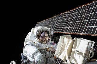 تشجع رائدة الفضاء سالي رايد النساء الصغيرات لتعلم العلوم والهندسة