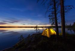 Отдых с палатками на озере