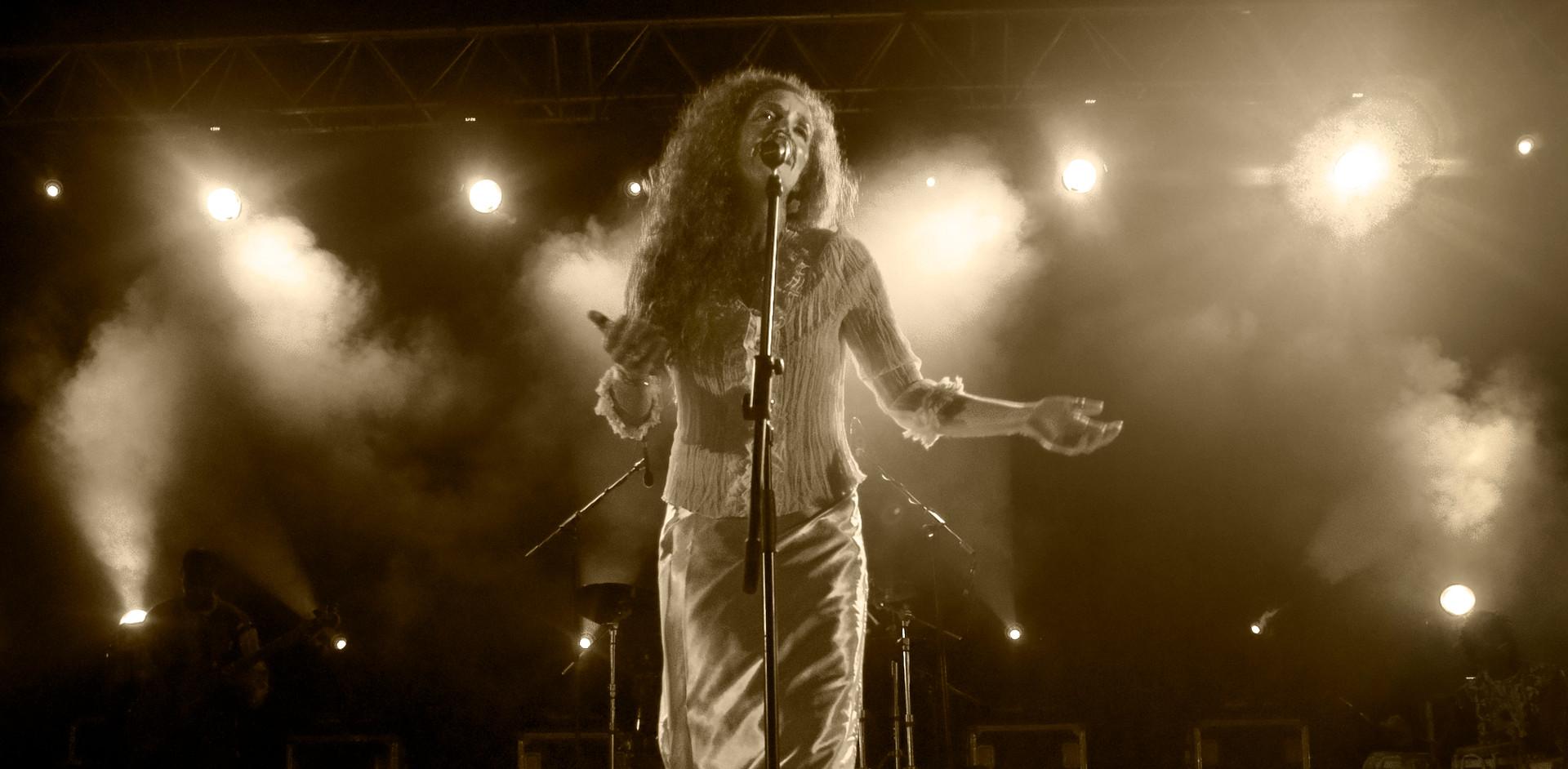 Ashley Maher: Live b&w