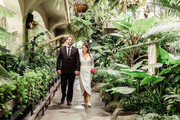 bride and groom at the botanic gardens christchurch