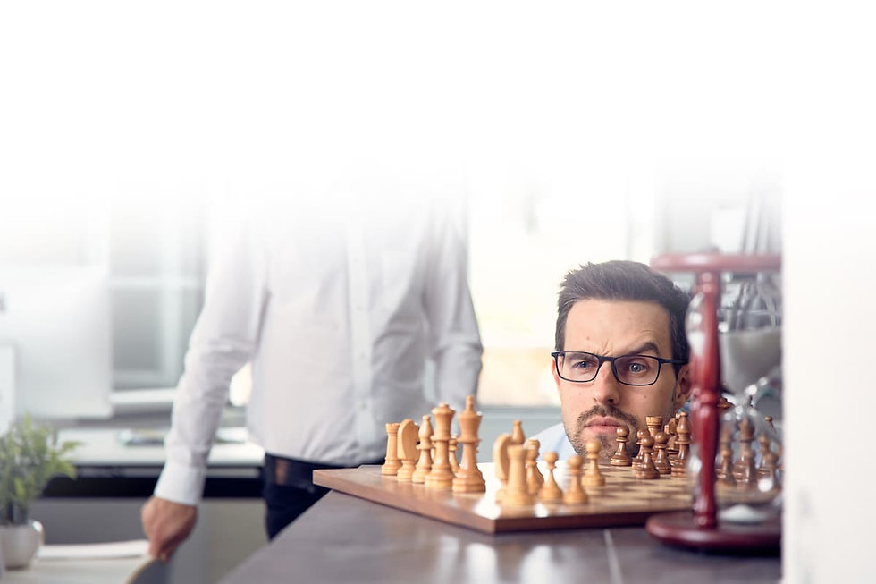 Mitarbeiter mit Schachbrett