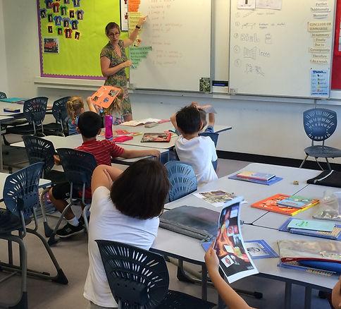 teacher in groep 3 en 4 in front of the class teaching Dutch language