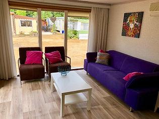 de gezellige zithoek in de woonkamer met airconditioning van vakantiehuisje 60-7