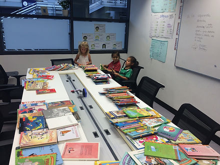 Dutch students in a library surrounded by Dutch books for kids