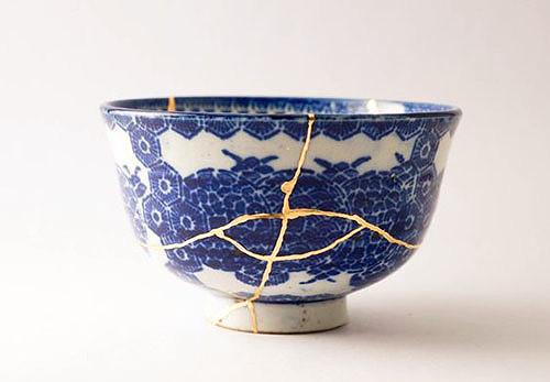 Zdjela koja je vidno popucala ali su njeni dijelovi spojeni zlatnim ljepilom i ponovno sastavljeni u funkcionalnu i diskutabilno ljepšu posudu
