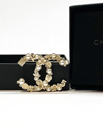 Chanel Faux pearls and metal CC brooch
