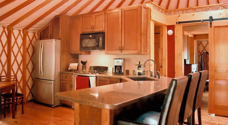 אוהל מונגולי יורט - סלון ומטבח
