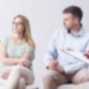 Jeune adolescente et son père en consultation dans le bureau d'un professionnel