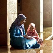 Mãe que lê um livro a sua filha