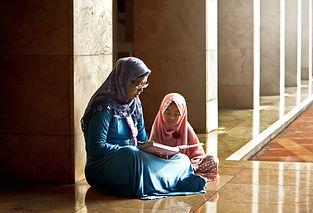 Mor læse en bog til sin datter