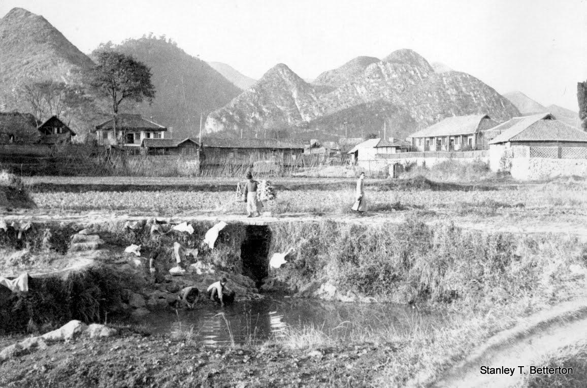 Huang Tu P'o, Kweiyang, laundry at riverside (china 018.jpg