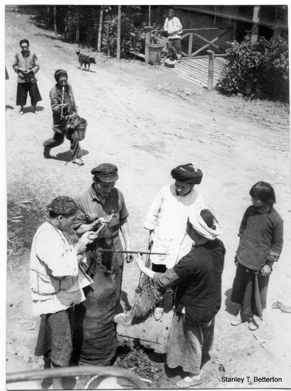 Handheld scales, baggy trousers and bamboo smoking pipe (china006)