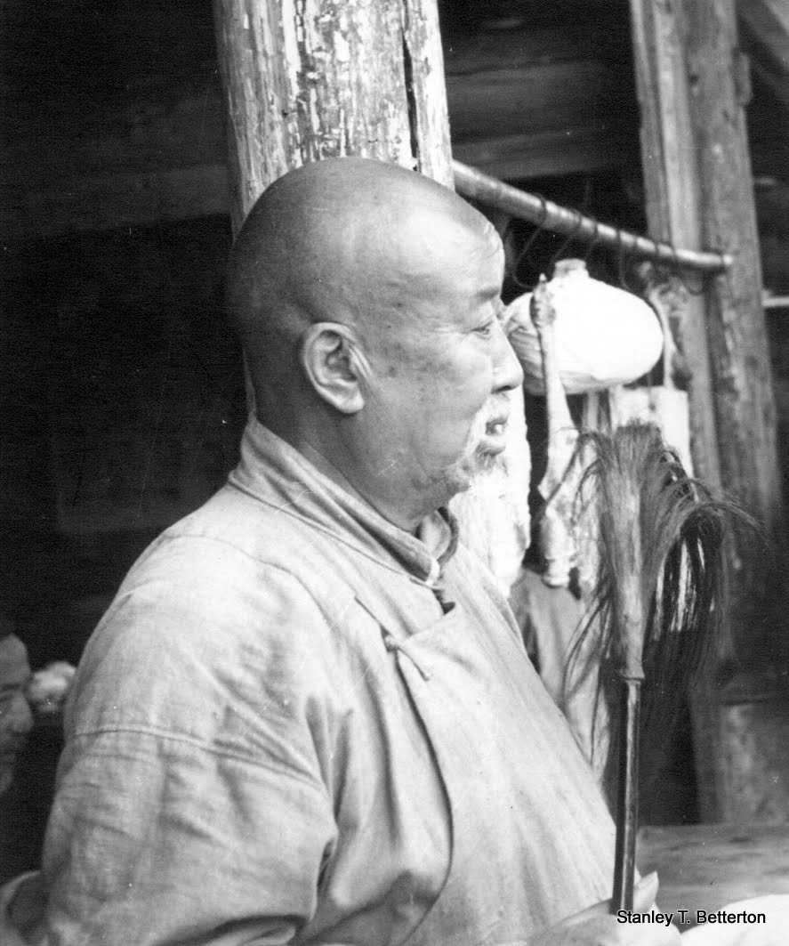Old man with fly whisk (china044)