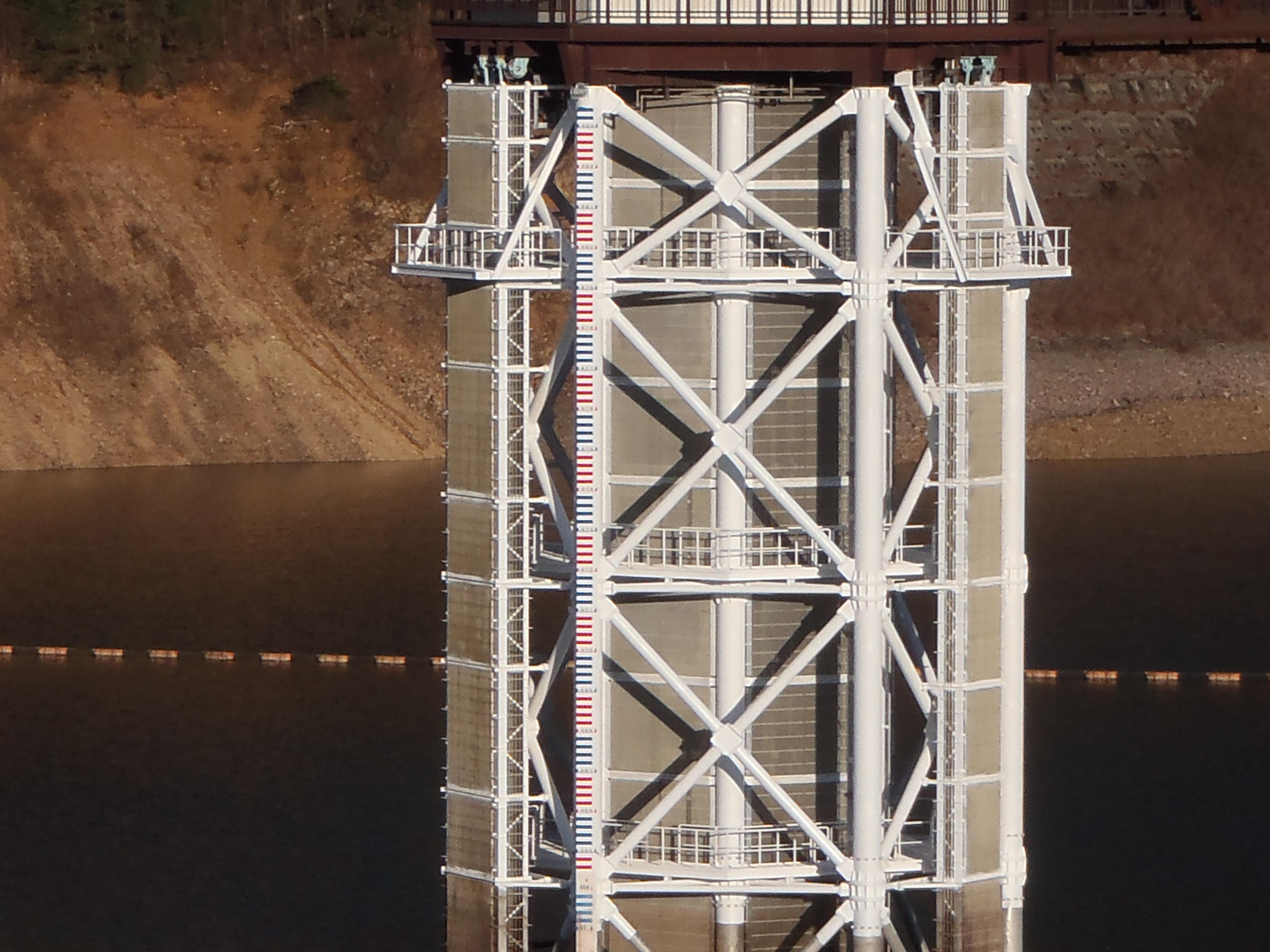 日中ダム水位表示看板修繕