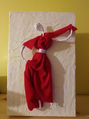 Ho deciso di abbellirla con qualcosa che io amo molto.... Ed è la pizzica e ballare.... Quindi ho ricoperto la scatola con della carta da cucina e poi una volta asciugata, l'ho pitturata di un giallo molto tenue. E come decorazione ho deciso di costruire una ballerina di pizzica stilizzata, utilizzando del filo di ferro e ricoperto con della carta igienica e poi con una vecchia maglia ho realizzato il vestito. Bella o brutta non lo so, ma a me piace moltissimo! Mi sono molto divertita a realizzarla e ne sono profondamente orgogliosa 🥰 Jessica Massacesi