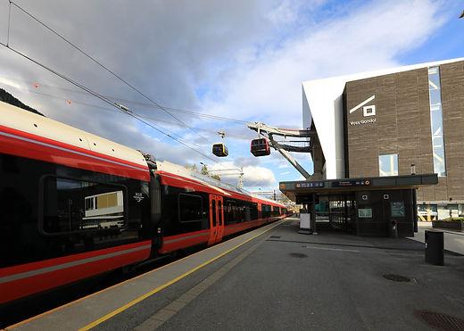 Leitner Seilbahn schwebt über den Bahnhof Voss in Norwegen