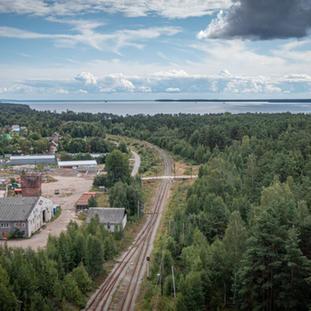 Elokuu. Koiviston rata, aseman seutua ja  veturihallin jäännöstä näkyvissä.
