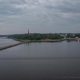 Kirkkolahti ja suomalaisten rakentama aallonmurtaja. Venäläiset sittemmin hieman täydensivät hieman kesken jäänyttä aallonmurtajaa.