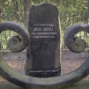 Mikael Agricolan muistomerkki kunnostettuna Kuolemanjärvellä kesällä 2021.