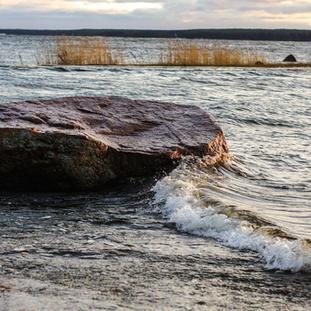 Tammikuu. Alttarikivi Vuokalaisten rannassa.