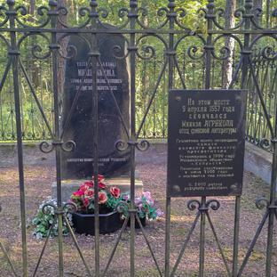 Mikael Agricolan muistomerkki Kuolemanjärvellä kesällä 2021