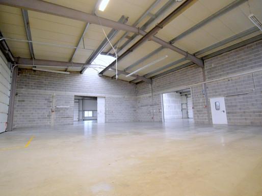 Lager- und Produktionshalle mit Büro und ausreichend Parkplätzen in Massenbach zu vermieten.