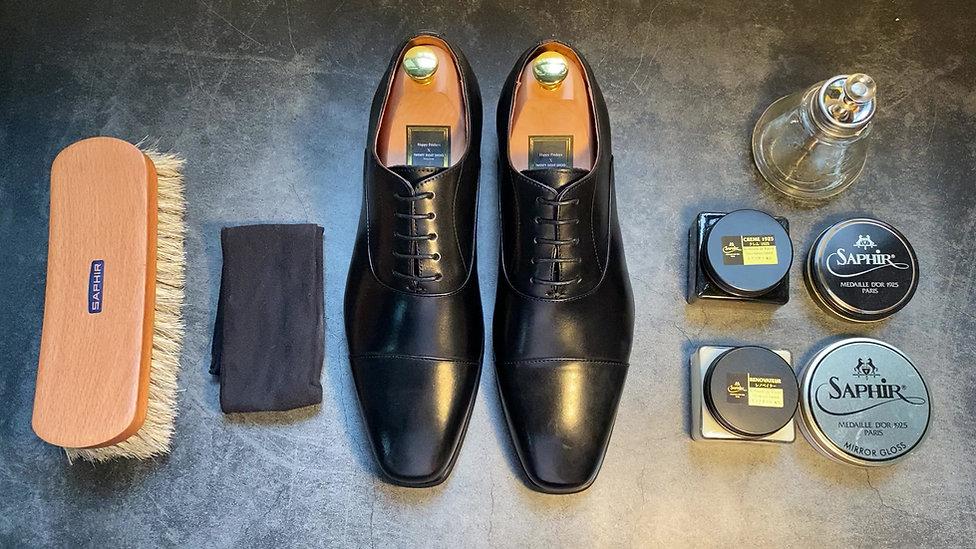 皮鞋護理並不是想像中複雜和花時間, 簡單輕鬆幾個步驟就可以完成 -材料:黑色鞋油,毛擦,軟布,mirror gloss, 小量水   Step 1: 擦掉表面灰塵 ✅  Step 2: 上鞋油 ✅  Step 3: 拋光擦亮 ✅   擦皮鞋也可以很瀟灑,一齊來試下😎