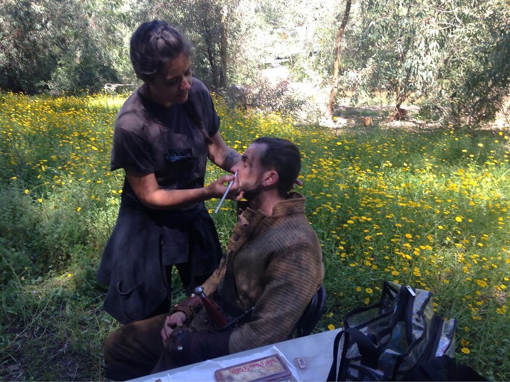 Mujeres maquillando para cine