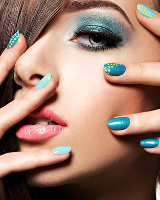 beautiul-fashion-woman-with-turquoise-ma