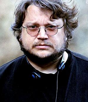 Guillermo Del Toro, cheveux au vent et casque au cou !