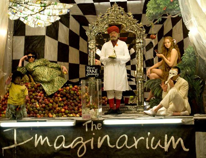 L'Imaginarium du Docteur Parnassus... Un hommage aux théâtres en carton-pâte et aux spectacles de rues qui tintinabulent, visuel dont raffole Terry Gilliam ! Essuyez vos pieds avant d'entrer...