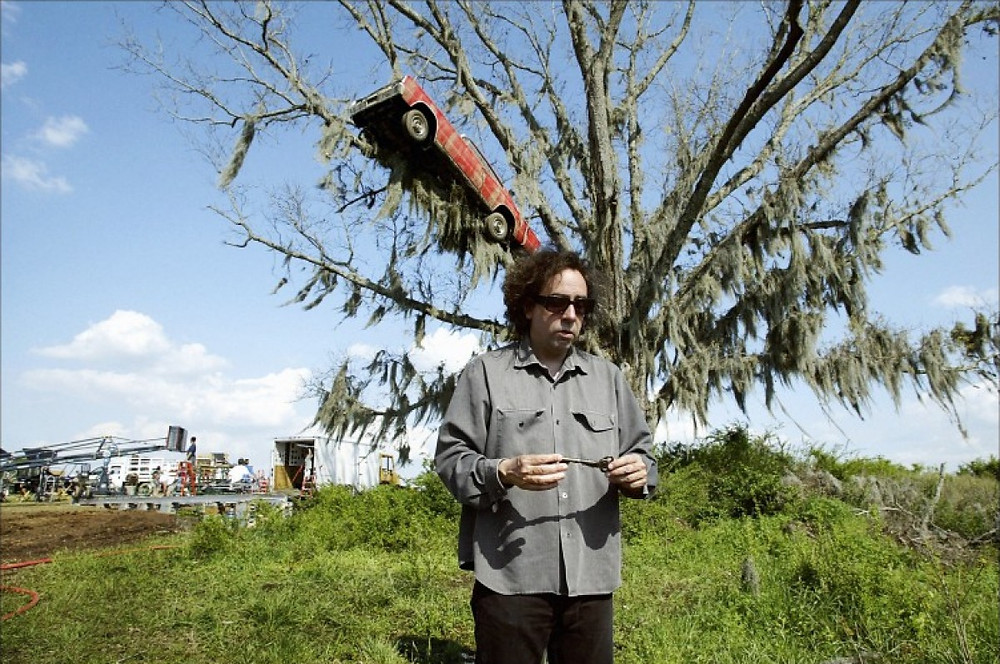 """Un arbre robuste ! Semblable à ceux de la forêt protégeant la ville de Spectre. Dans une scène où Edward Bloom s'aventure à la traverser, il se retrouve confronté à ses branches """"griffues"""" et à ses ronces de serres douées de mouvements menaçants et de conscience malintentionnée. Cette imagerie de carcasses d'arbres et de branchages monstrueux vivants, bien que très burtonienne, n'est en réalité pas entièrement dûe à notre réalisateur : c'est Steven Spielberg qui avait amené l'idée, du temps où il était le metteur en scène prévu pour le film. A son départ du projet, John August retira de son script les scènes que Spielberg lui avait """"imposées""""... Toutes sauf certaines de ce genre qui plaisaient également à Tim Burton !"""