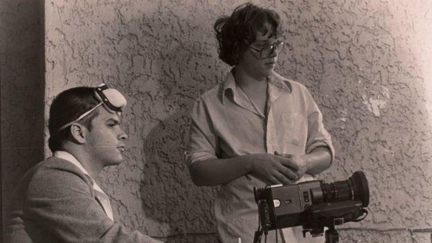 Guillermo Del Toro (à droite), accompagné de Mariano Aparicio (à la place restante).