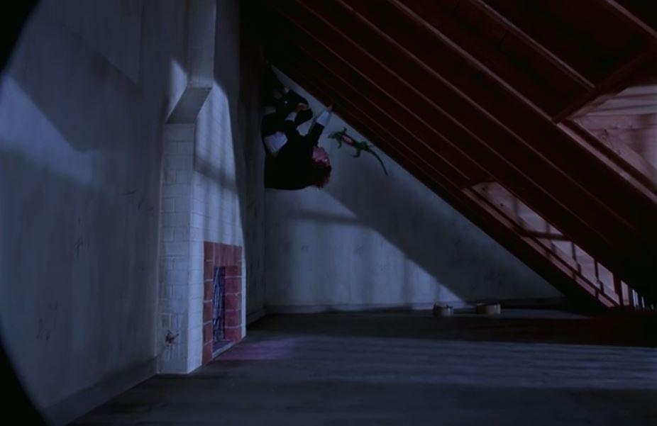 ...à un secret, bancalement perché, essayant de se sentir protégé de ses geolières par un plafond et la mise en page ?...