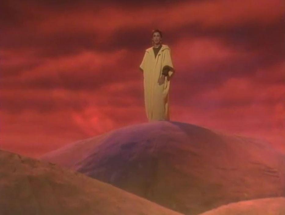 """Shelley Duvall présentant l'épisode 23 de Faerie Tale Theatre consacré à Aladdin. On a également déjà eu l'occasion de reconnaître l'actrice aux côtés d'un autre ami de Tim Burton : Jack Nicholson. Et ce, dans le film """"The Shining"""" de Stanley Kubrick (1980). Eh oui : la mère Winifred """"Wendy"""" Torrance, c'est elle !"""