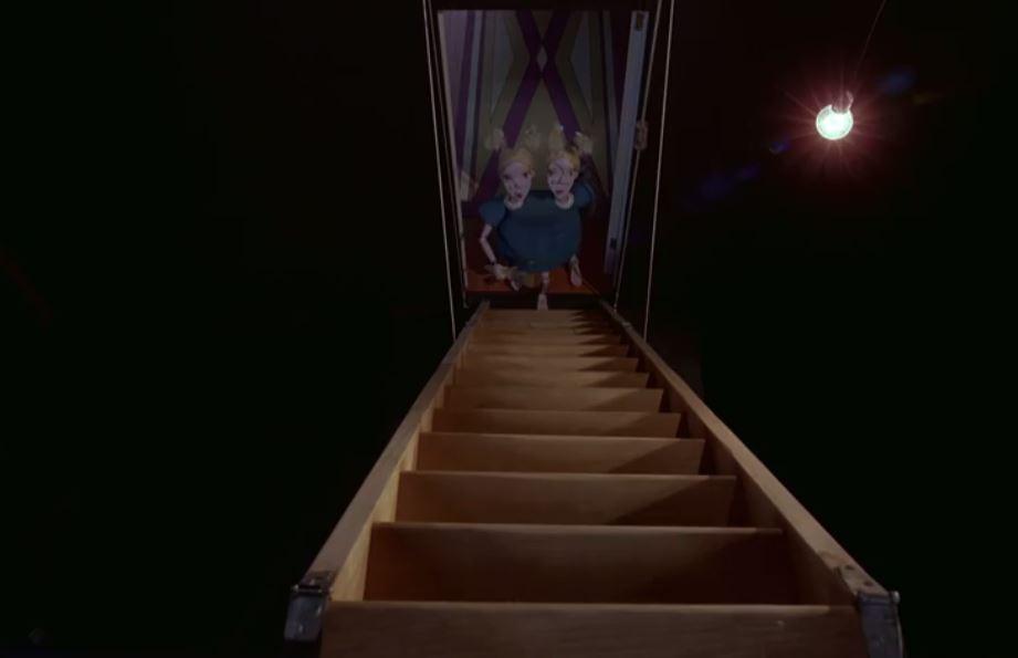 """Notez que l'architecte de cet escalier l'a conçu pour ne pas être tout à fait au centre de l'image, mais légèrement fuyant à droite... vers cette solitaire ampoule, unique étoile dans des ténèbres implacablement unanimes ? Donc, en grimpant à cette échelle, les jumelles vont se diriger vers cette frêle source de lumière... Est-ce bien rassurant ? En plus de la notion de """"fausse symétrie"""", d'équilibre """"trompeur"""" (déjà """"incarnée"""" par ces siamoises), ce plan appuie l'écrasant espace que se réserve l'obscurité, laissant la rare lumière étouffer, asphyxier dans un coin, prisonnière (comme le héros Bob ?)... Ou alors, si vous préférez, vous pouvez aussi relever la très forte présence de lignes droites et surtout de croix : que ce soit le dessin de la porte, la forme suggérée par l'escalier, ou même le discret rayon émis par l'ampoule qui semble suivre la diagonale de l'écran. Les croix siéent à ces soeurs !"""