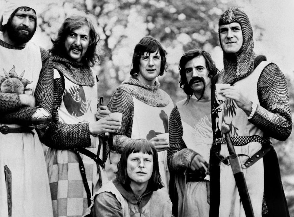 Photographie de famille des chevaliers Monty-Pythonniens. Oui : les caméras existaient à l'époque ! De toutes façons, nous n'en sommes plus à un néologisme près !