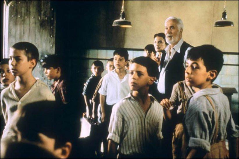 Les orphelins, protégés par le Professeur Casares.
