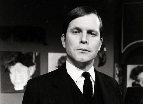 """Le Roi Terry Gilliam Ier, dans ses habits royaux, tout ce qu'il y a de plus en accord avec l'univers médiéval, évoquant tout de suite """"Monty Python : Sacré Graal !"""" !"""
