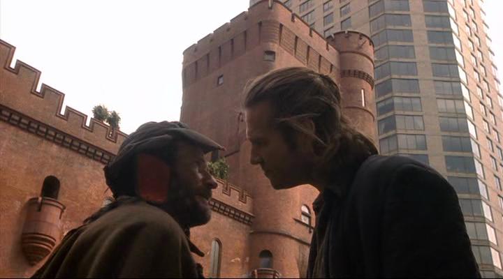 """Les """"Chevaliers"""" Parry (Robin Williams (à gauche)) et Jack Lucas (Jeff Bridges (à droite)), discutant du bien-fondé de leur quête du Graal en plein centre-ville New-Yorkais... Et ce, dans """"The Fisher King"""", sixième long-métrage de Terry Gilliam."""