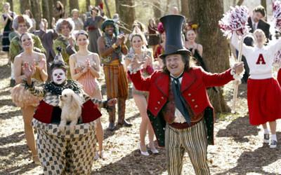 Amos Calloway, le directeur du Cirque éponyme (Danny De Vito), suivi de toute sa troupe.