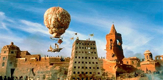 La montgolfière du Baron de Müchhausen, survolant les remparts de la cité...
