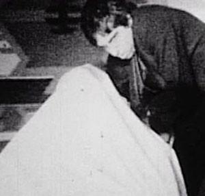 Docteur Burtonstein et sa créature fantomatiquement drapée...