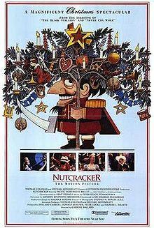 """...Ou Andreï Kontchalovski (en 2010). Cette dernière version, """"The Nutcracker's Untold Story"""", offre une vision à la fois magique, émerveillée, mais aussi encrassée et enfumée, avec un Roi des Souris qui a laissé place à un Roi des Rats, bien plus démoniaque. Quand on sait que Hoffmann est né à Königsberg, en Prusse Orientale (à peu près la Pologne), que l'oncle de l'héroïne se prénomme """"Albert"""", que sa devise est """"Tout est relativité"""", que des milliers de jouets y sont brûlés dans des usines infernales pour entretenir d'épaisses fumées noires de souffre et que ce conte traite d'une guerre (Casse-Noisette est lui-même vêtu d'un uniforme militaire), la métaphore filée choisie devient plus évidente. Je vous conseille ce film : malgré des défauts, il mérite le coup d'oeil (qui sait si après, ce ne sera pas le tour du coup de coeur ?) et renouvelle l'oeuvre de façon intelligente et audacieuse, avec un visuel enchanteur et spacieux, mêlant rêve face à cauchemar ! A découvrir !"""