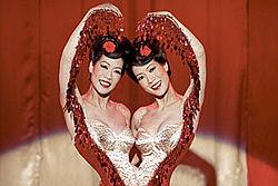 De gauche à droite... Ou de droite à gauche : Arlene Tai (Jing) et sa soeur jumelle Ada Tai (Ping), incarnant ensemble les deux soeurs siamoises que le héros rencontrera durant une de ses tribulations...