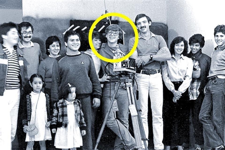 """Guillermo Del Toro, entouré de son cercle d'ami(e)s et d'un cercle jaune. A sa droite, nous reconnaissons Mariano Aparicio, son co-réalisateur  pour le tournage de """"Pesadilla 1"""", dont ce cliché semble être la photographie de fin de tournage... La Synema soupçonne fortement l'homme se tenant à sa gauche d'être son professeur Daniel Varela !"""