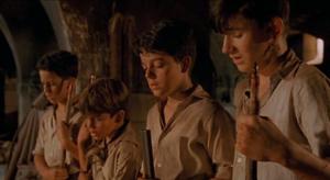 Les deux garçons au premier plan sont (en partant du plus proche) Jaime (Iñigo Garcés) et Carlos (Fernando Tielve).