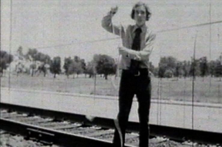 """Tim Burton jouant dans son montage """"Houdini"""", réalisé dans le cadre d'un devoir scolaire. Le jeune fantasque devait se sortir de ses liens, ficelé aux voies ferrées, comme l'aurait fait le Maître de la Prestidigitation ! Au vu de sa carrière, on peut en déduire qu'il est parvenu à se détacher..."""