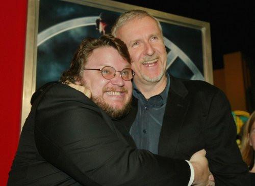 Guillermo Del Toro, dans les bras de son ami sauveur James Cameron.
